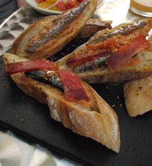 Pan con tomate, jabugo, anchois, sardines...